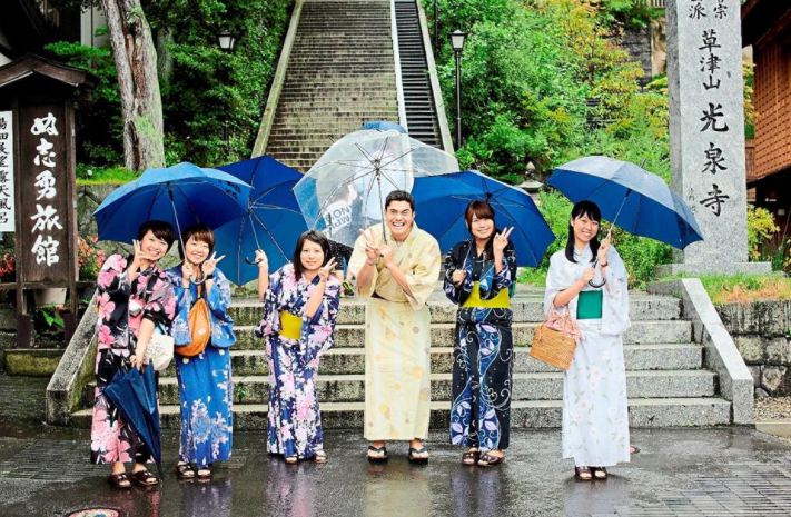 henry golding with five women dressed as apprentice geisha